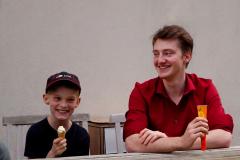 Beim Hackfest von Open Project im April 2018 gab es auch Eis pausen. Auf dem Bild sieht man Manuel Hummler und Elias Hirsch beim Eis essen nach dem Workshop in Pfaffenhofen.